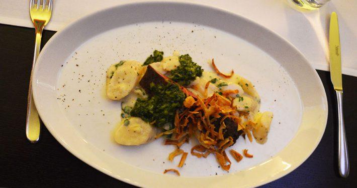 Gebratener Rücken vom Ibericoschwein mit Kampot Rouge, karamellisierte Urmöhren & Pommes carée
